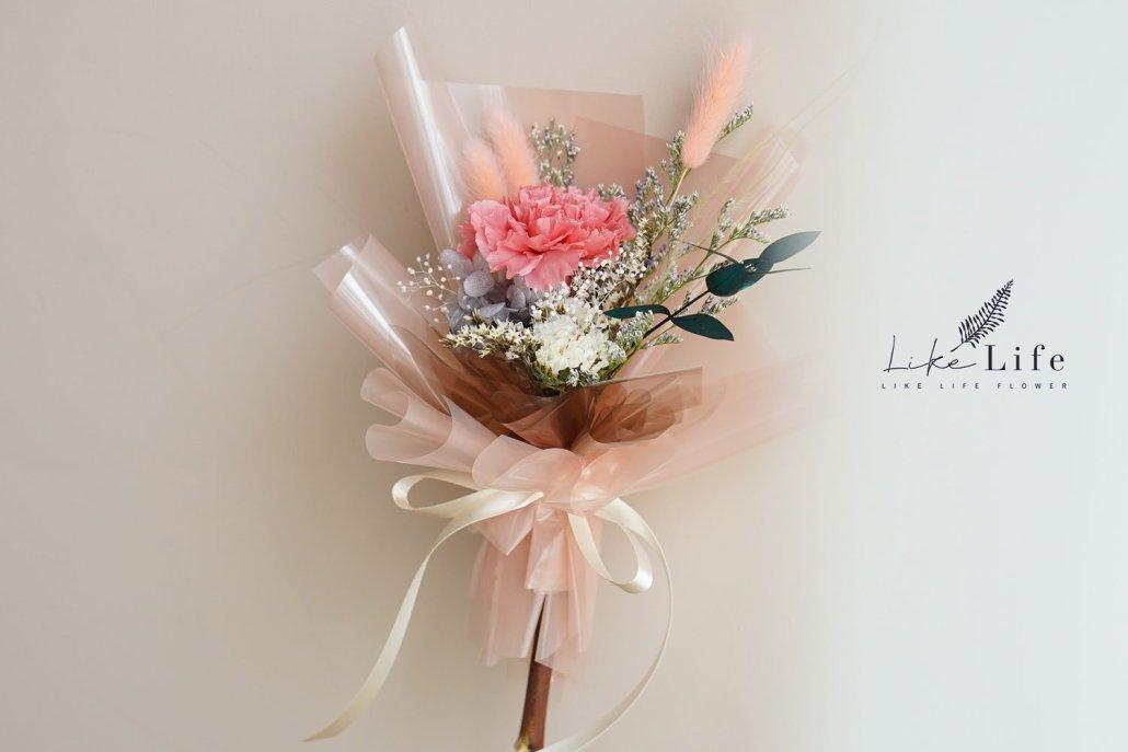 永生花康乃馨花束粉色手拿正面,2021母親節花藝課程,喜歡生活乾燥花店