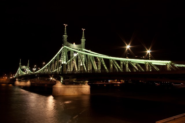 Liberty_Bridge,_Budapest_by_night.jpg