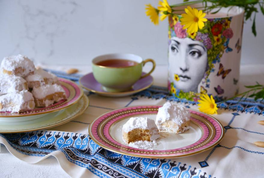 Freshly-baked-Kourabiethes-served-with-tea