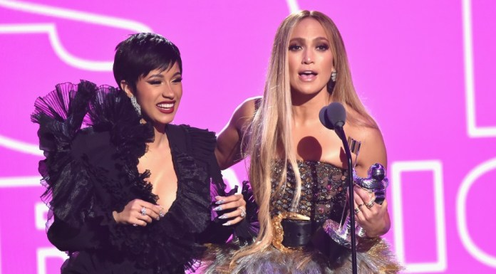 jennefer lopz is giving award at mtv video music awards