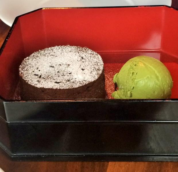 Vulcão de chocolate com sorvete de chá verde