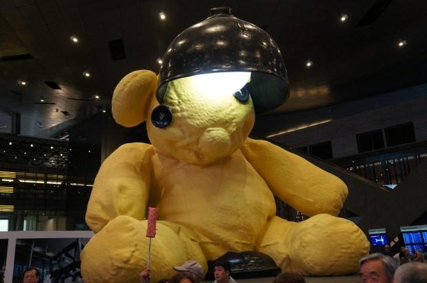 Urso da Lâmpada do artista suíço Urs Fischer