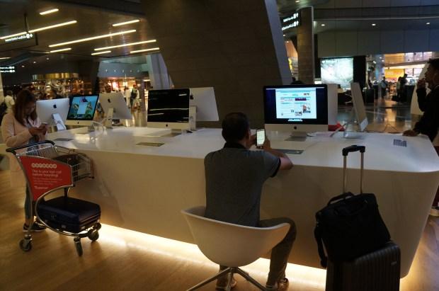 Computadores mac para uso grátis para quem faz conexão no aeroporto de Doha