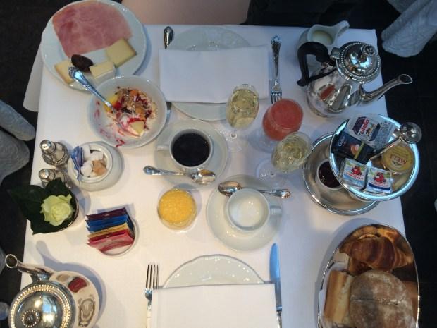 Grande variedade na mesa de café da manhã