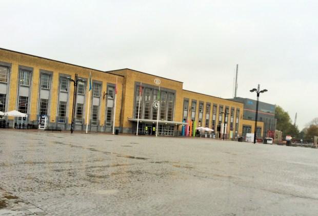 Como ir de Bruxelas a Bruges? Veja a fachada da estação de trem de Bruges