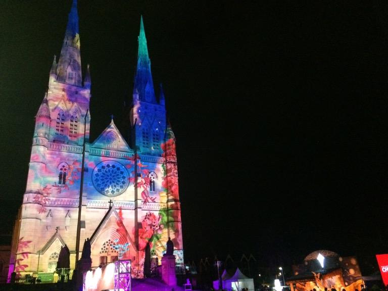 Catedral iluminada para o Natal em Sydney