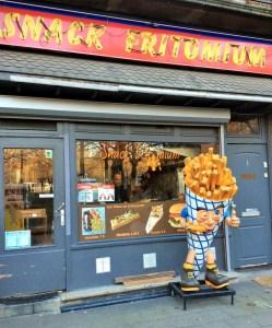 comidas imperdíveis para provar na Bélgica - lojas de batata frita