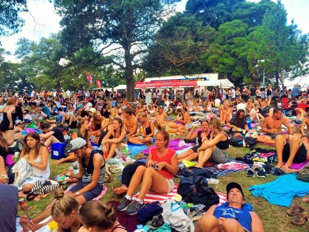 Onde não passar o Ano Novo em Sydney: pessoas esperando pelo ano novo