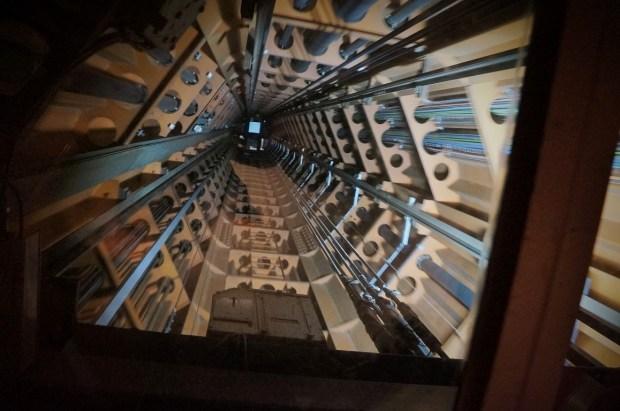 visitando o Atomium - interior do elevador