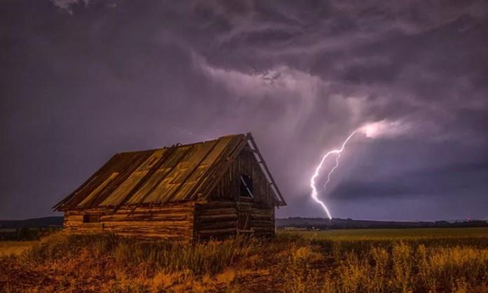 How does lightning strike? And do lightning strike phones?