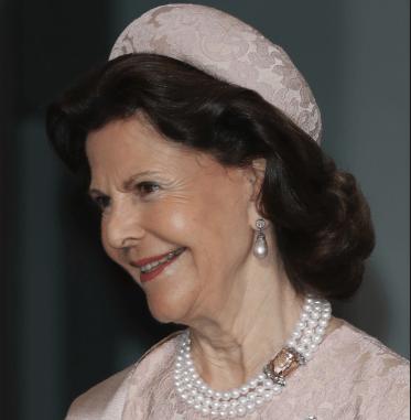 1890ce85d51f7 Pearl Necklaces--A reader request – Lilibet's Handbag