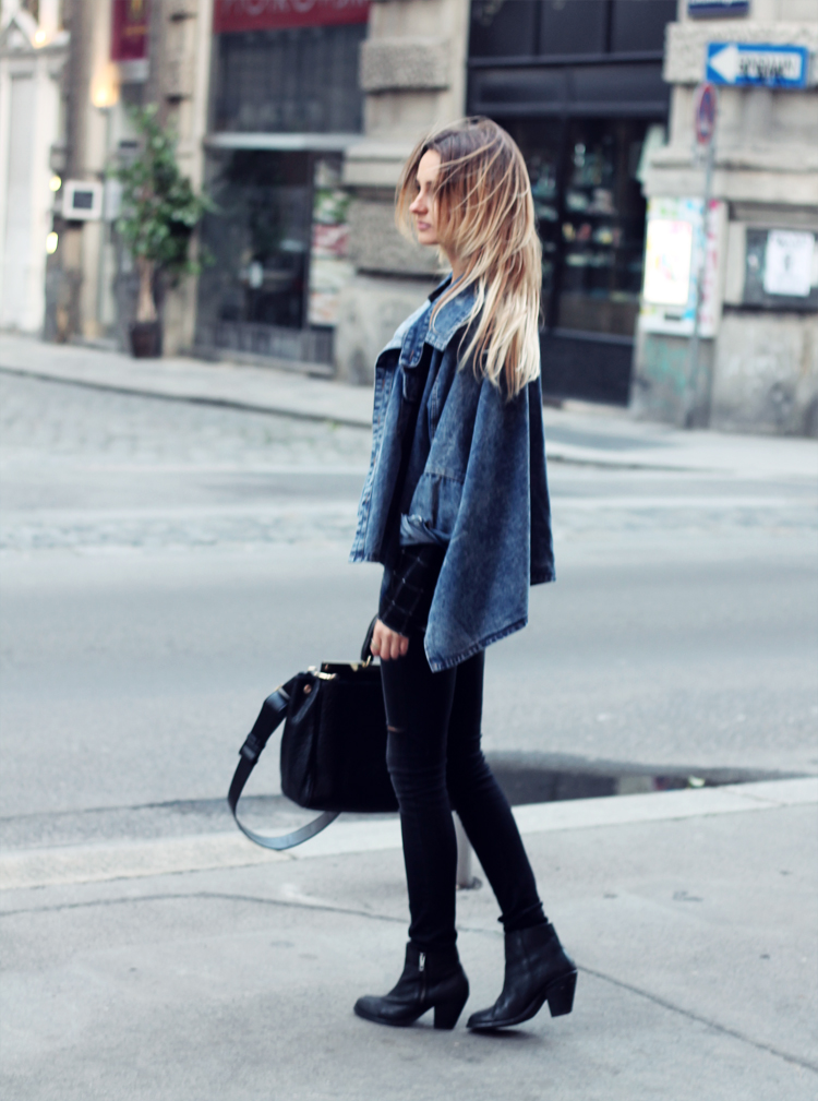 sheinside denim jacket stradivarius black pants blonde blogger vienna street city fashion parfios black bag casual minimalistic style photoblog style blogger ombre hair