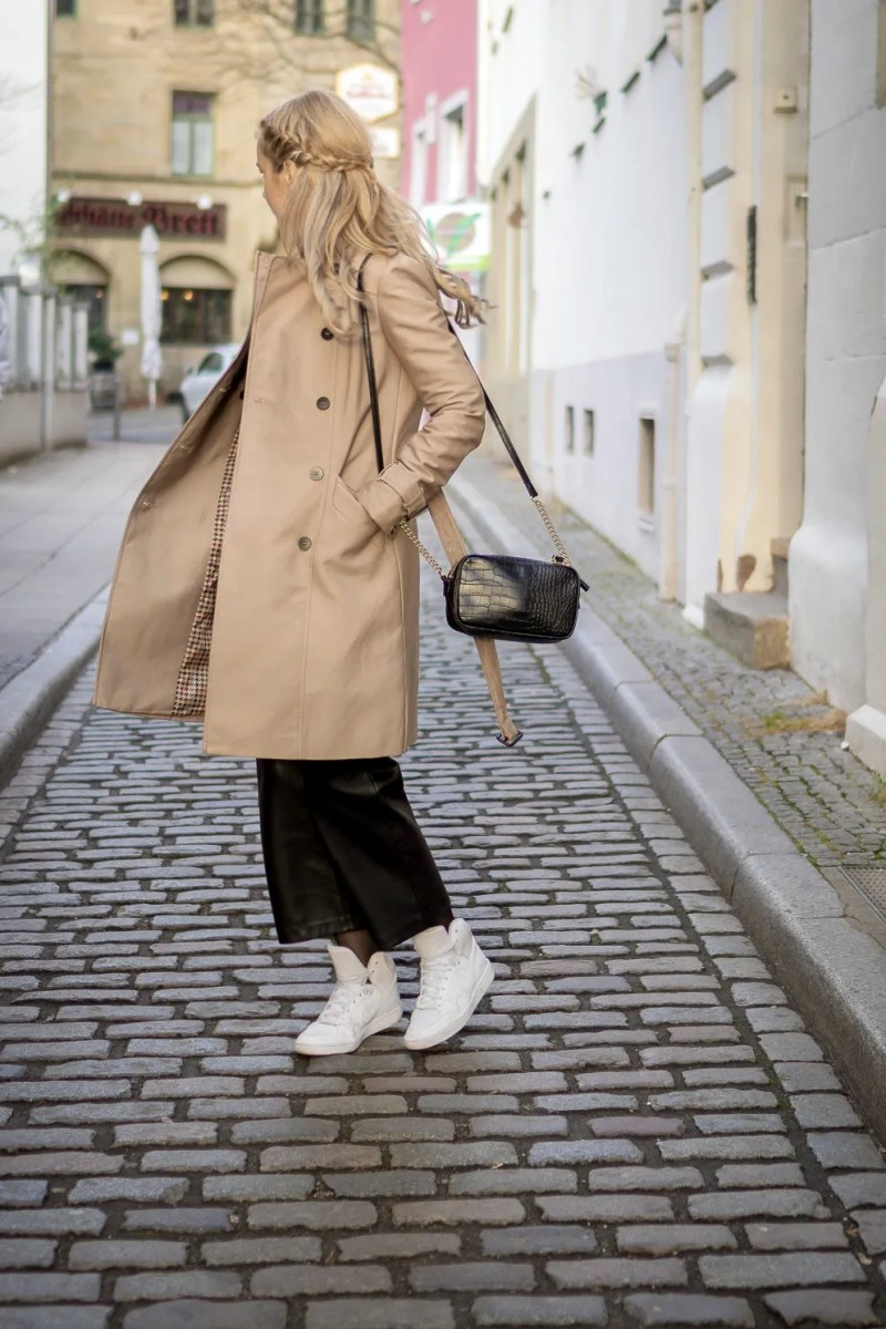 Must have for spring: beige trench coat. Outfit idea.