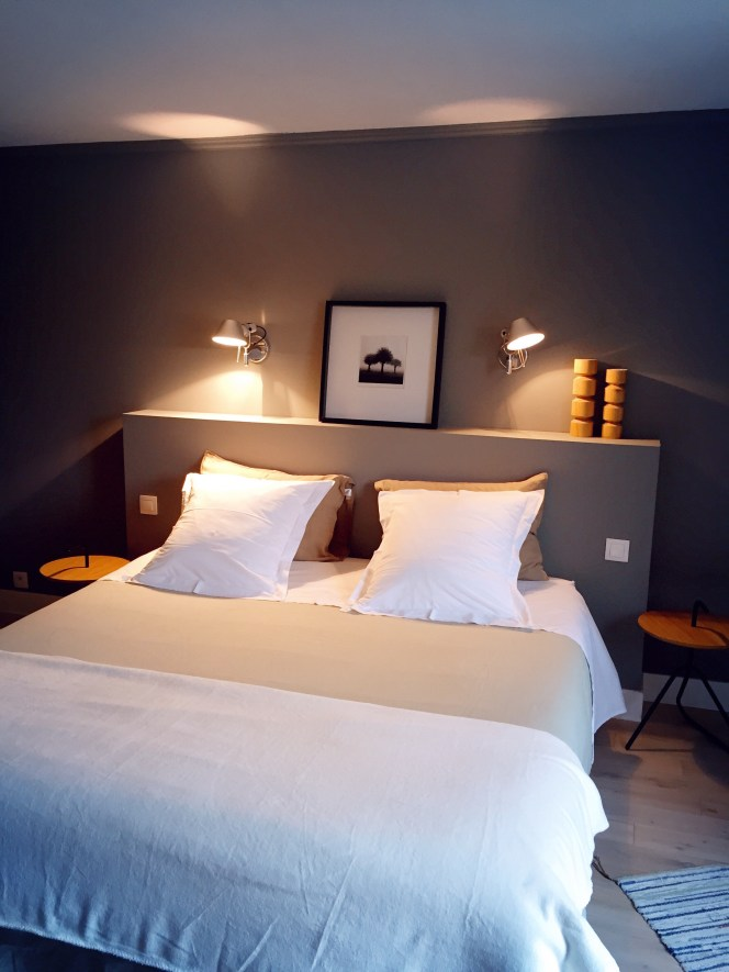 chambre mur gris applique