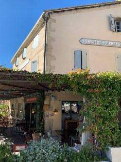 restaurant-brocante-façade-pierres-vieille bâtisse-terrasse ombragée-lili déambule