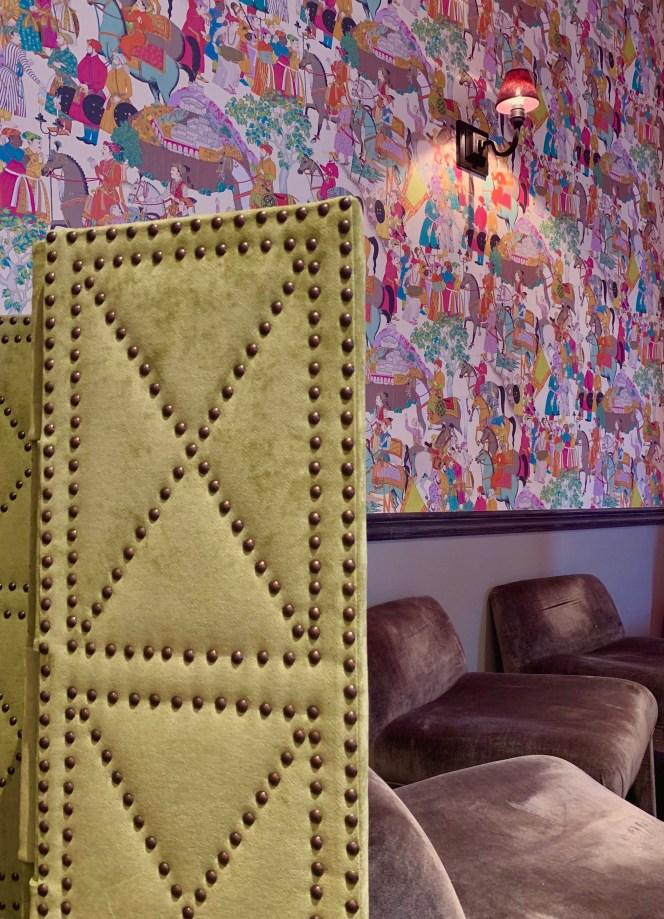 fauteuil velour gris-paravent-papier peint-salon de thé-lili deambule
