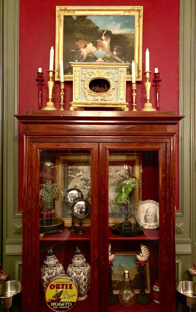 meuble vitrine ancien et objets de curiosité insolites