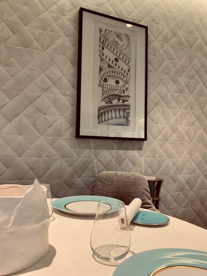 photophore annie cosson Table préparée vaisselle bleue mur capitonné