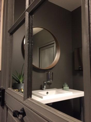 Miroir dans toilette moderne restaurants à la maison