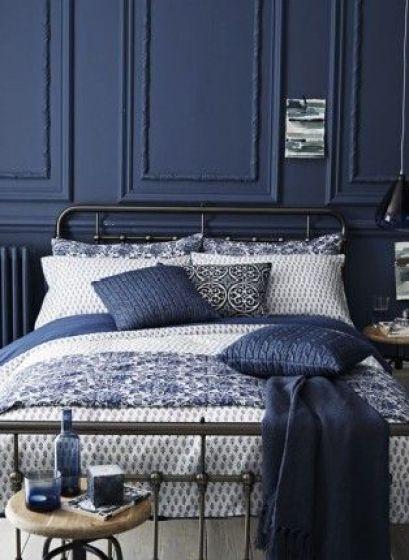 chambre bleu foncé boiseries lit lili deambule