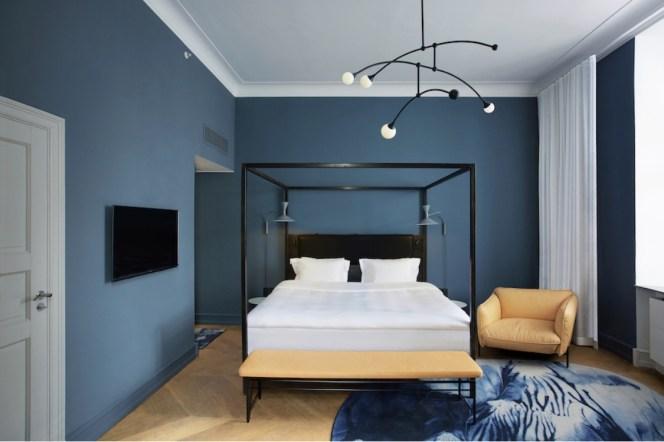 chambre design mur bleu