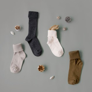 サンタさんがプレゼントを入れてくれる、靴下。 ちゃんとプレゼントが入るようにと大きな靴下をさがしたり、どこに置いておこうか悩んだり、、、 ワクワクドキドキしながら、サンタさんがやってきてくれるのを待つ楽しい時間。 キッズサイズの可愛い靴下たちは、プレゼントをいれてもらうのには、ちょっと小さすぎるけれど、贈り物にはぴったりです。 ◇キッズのソックス&タイツ https://goo.gl/u0P3Jy ◇ダイナソーのぬいぐるみ https://goo.gl/GQ21Ll クリスマスまであと23日...