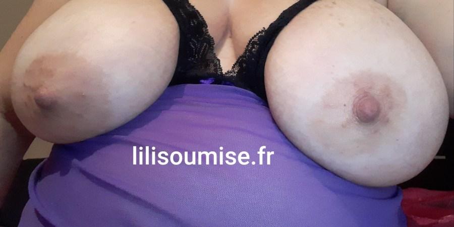 Lilisoumise avec une chemise de nuit dévoilant ses seins
