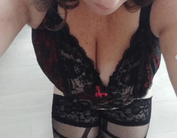 Lili Soumise à genoux en attendant les ordres