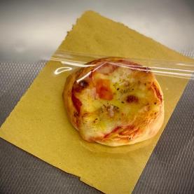 Pizzette pane con pomodoro mozzarella basilico olio di curcuma a crudo . Lievitazione naturlale con basso dosaggio di lievito di birra