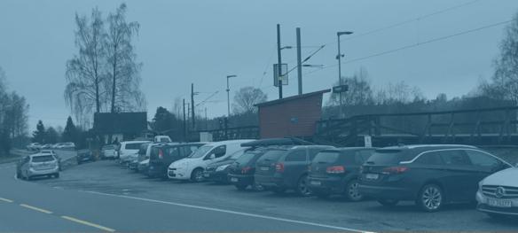 Det er trangt på parkeringen ved Svingen stasjon.