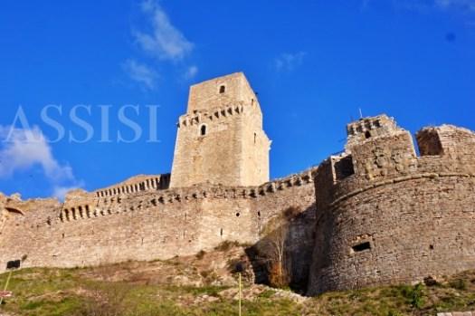 【義大利阿西西Assisi自由行攻略】交通景點歷史、住宿推薦、兩天一夜行程,聖誕節古城