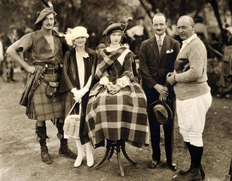 ANNIE LAURIE, Norman Kerry (links), Lillian Gish (Mitte), Direktor John S. Robertson, am Set, 1927