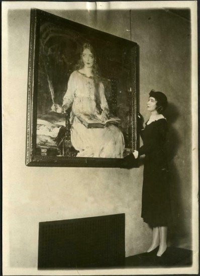 Lillian Gish admiring Romola portrait by Nicolai Fechin cca 1925 (Oil on canvas painting) - French Press HiRes