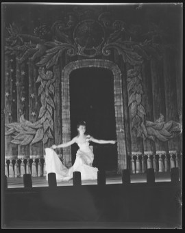 Laura Gilpin (1891-1979); Lillian Gish, Curtain; Jul. 1932; Nitrate negative; Amon Carter Museum of American Art; Fort Worth Texas; P1979.240.19