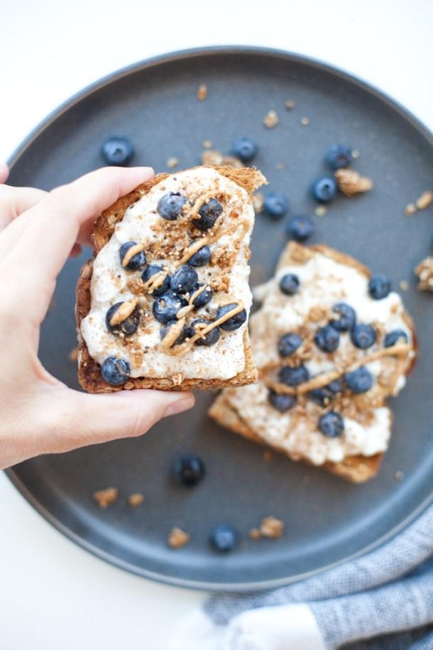 Blueberry Cottage Cheese Breakfast Toast www.lillieeatsandtells.com #macrofriendly #healthyrecipes #lowfat #macrofriendlyrecipes