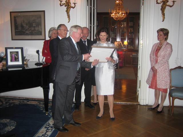 Queen Sylvia receives appreciation from David Turner on behalf of VNGOC