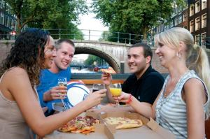 amsterdam-canals-pizza-cruise-including-drinks-in-amsterdam-153732