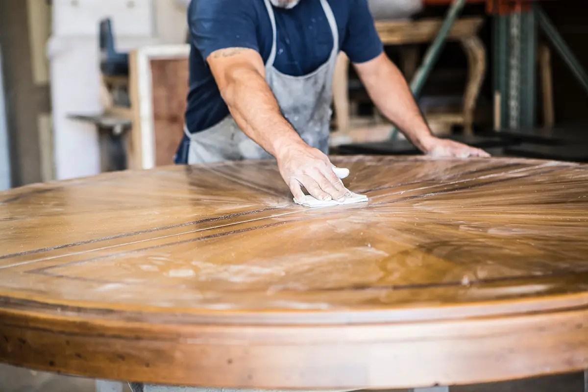 Nettoyer Escalier Bois Brut table en bois, nos conseils pour l'entretenir correctement
