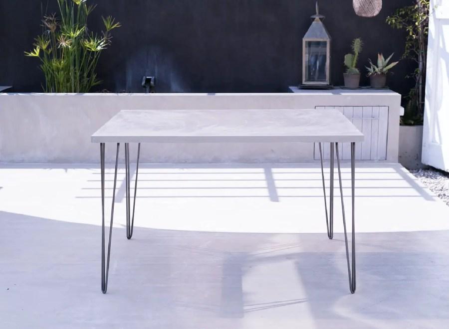 table en béton ciré pieds épingle à cheveux
