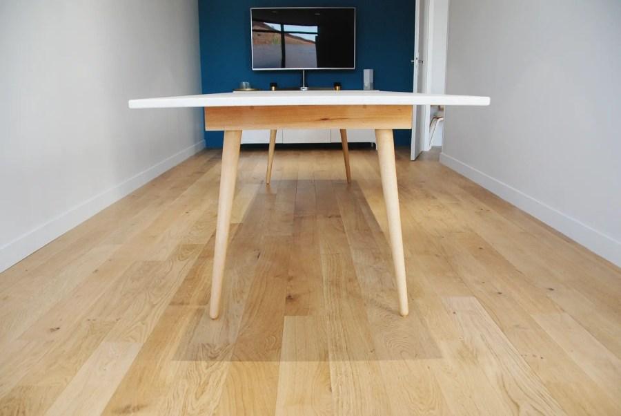 Table en Dekton vue de côté pieds