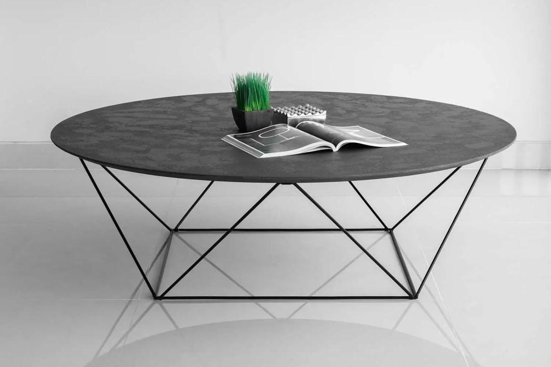 Une table basse en béton ciré sombre et moderne