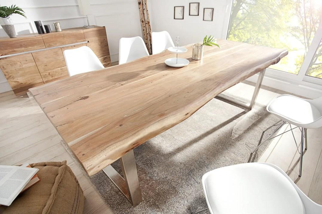 Une belle et lumineuse table en acacia