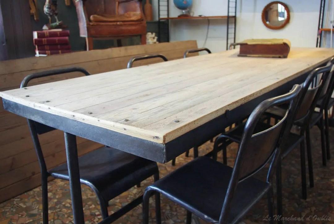 Une table en bois et pieds de métal pour le type industriel