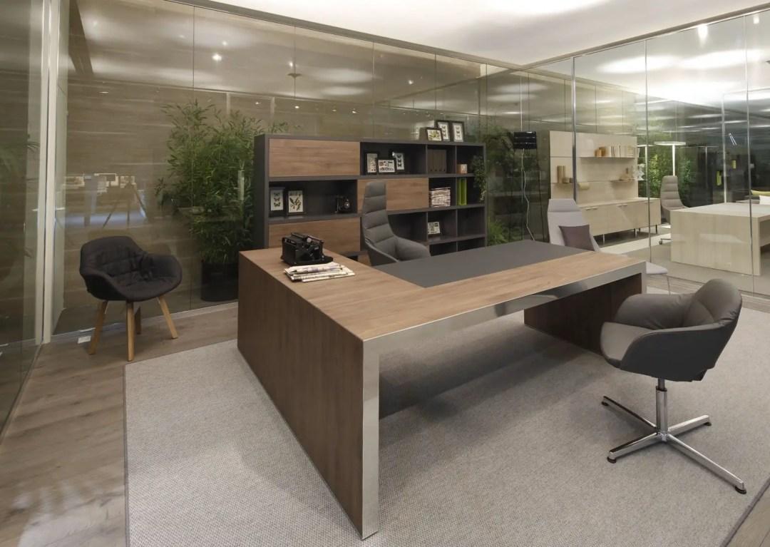Un bureau design en bois moderne grâce aux vitres et aux lumières