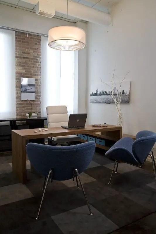 Des fauteuils bleus, presque futuristes, pour votre bureau moderne