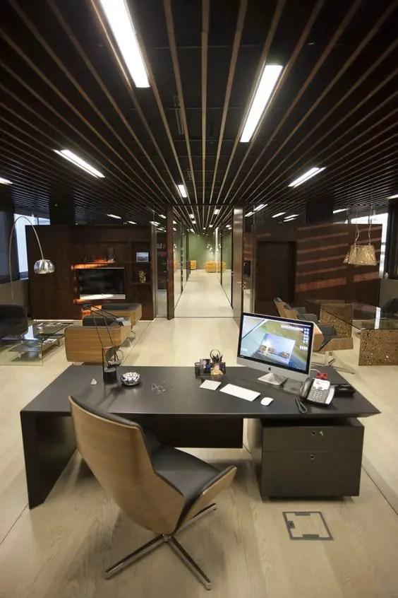 Jouer sur les lumières et les espaces pour un bureau moderne