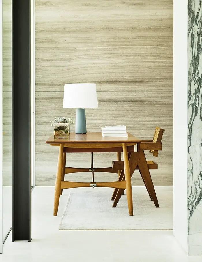 Un magnifique bureau en bois brut, très simple