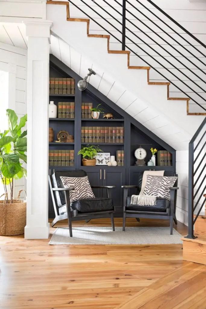 Une bibliothèque élégante sous l'escalier