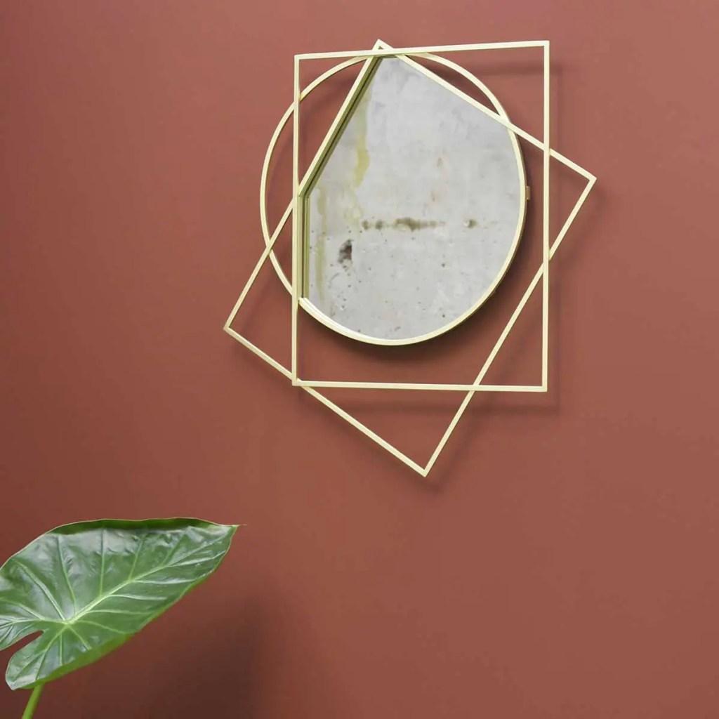 Miroir avec encadrement géométrique de couleur doré