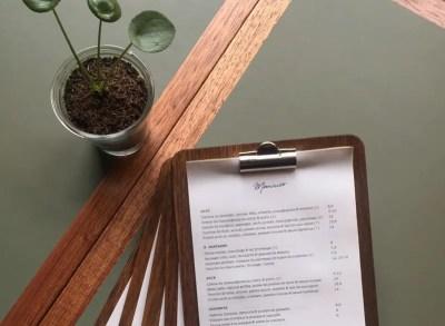 Table de bistrot élégante